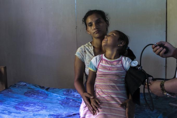 Una niña y su madre atendidas por un proyecto de salud, El Cuá, Jinotega