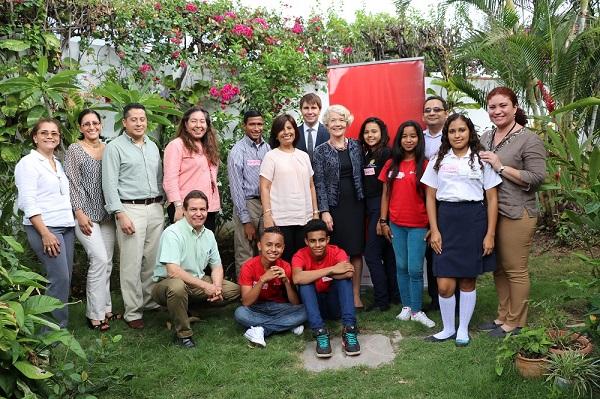 Parte del equipo de Save the Children y adolescentes junto a Merethe Nergard, Embajadora de Noruega.