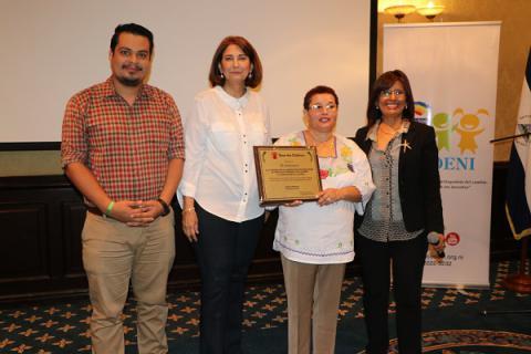 Consejo Coordinador de CODENI, Amaru Ruiz, Adilia Amaya y Martha Lidia Padilla recibiendo la placa de conmemoración de Argentina Martínez, Directora de País de Save the Children.